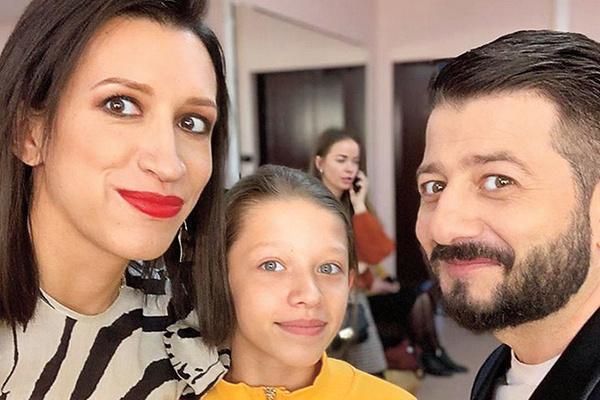 Елена знакомит дочь со знаменитыми друзьями