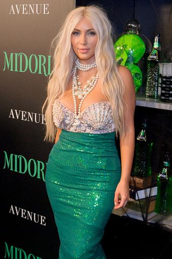 Ради тематических образов Ким Кардашьян переходит из брюнетки в блондинку