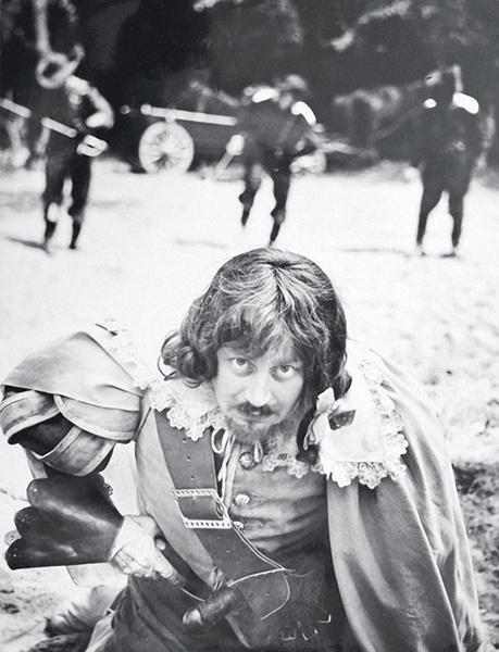 Валентин Смирнитский тщательно работал над образом Портоса, продумывая детали с художниками по костюмам