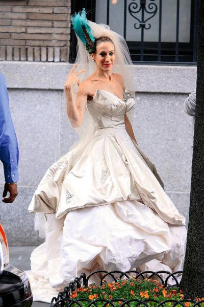 После съемок знаменитый наряд от Вивьен Вествуд был выставлен на продажу в интернет-бутике за $20 тыс.
