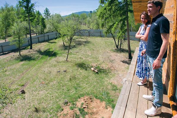 С балкона на втором этаже открывается вид на рощу. На фото – Маша и риелтор Илья из агентства «Наш дом»