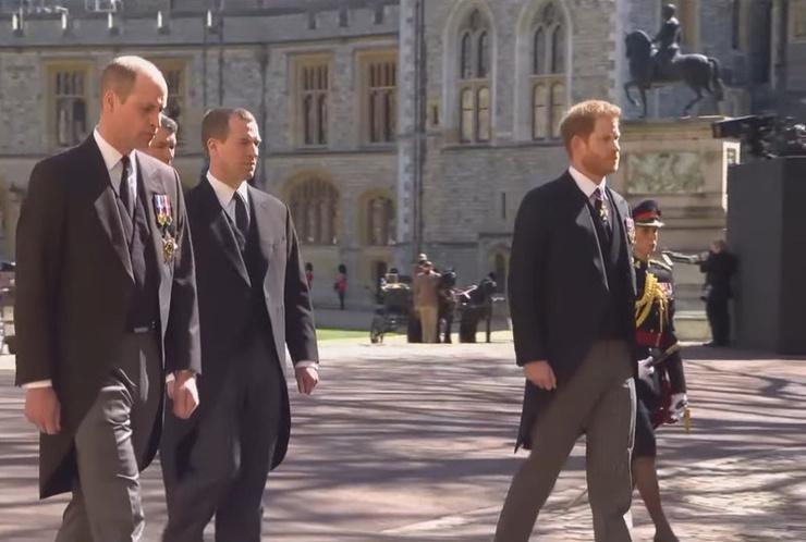 Принц Чарльз и принц Гарри идут отдельно