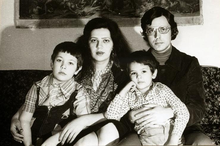 Артемий Лебедев с родителями и братом