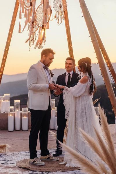 20 февраля влюбленные поженились в городе Охай