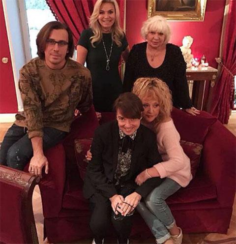 Валентин Юдашкин в окружении близких друзей и супруги Марины