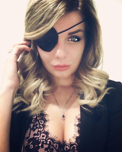 Раньше Ольге даже приходилось носить специальную повязку из-за болезни глаза