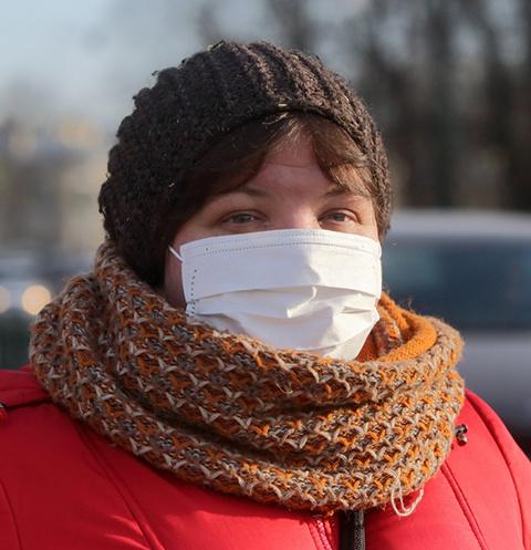 Люди носят защитные маски