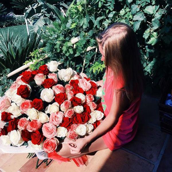 Александр подарил Милане огромный букет роз