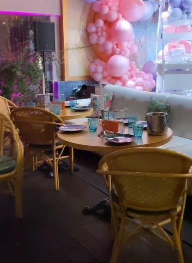 Пара пригласила друзей и коллег в ресторан, чтобы отметить радостное событие