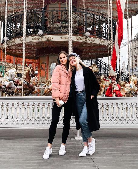 Настя с сестрой Яной