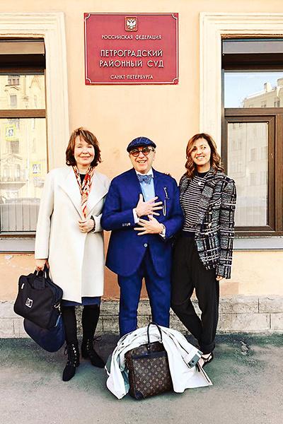 Адвокат Александр Добровинский с юристами своей команды Мариной Дубровской (слева) и Ольгой Макаровой