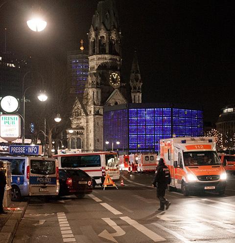 Автомобили полиции и скорой помощи у церкви Кайзера Вильгельма на Брайтшайдплац в Берлине