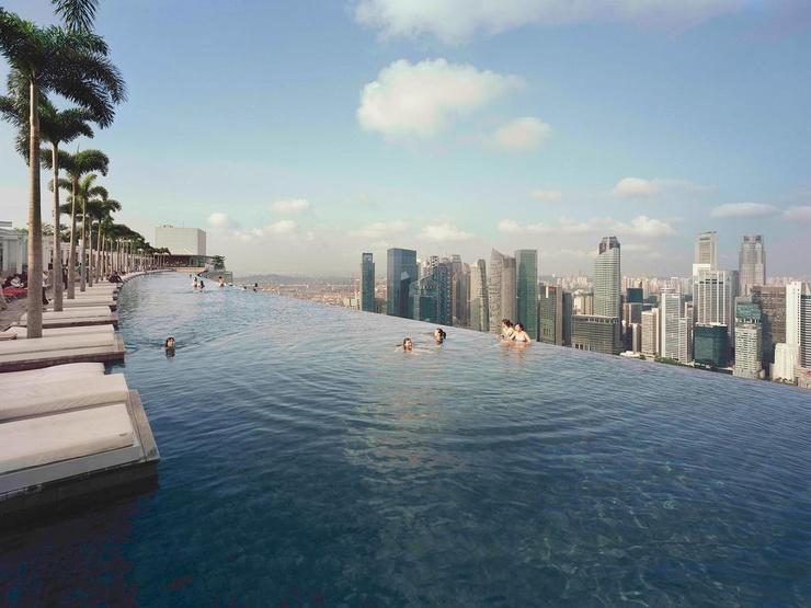 С бассейна на крыше открывается вид на город