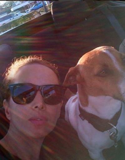 Певица с собакой Лукешей