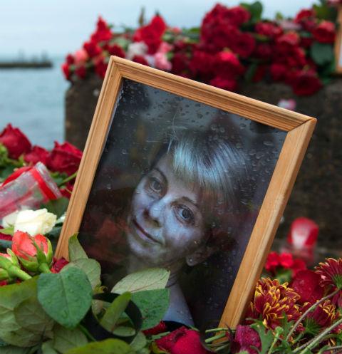 Набережная Сочи утопает в цветах, которые несут сюда в память о погибших
