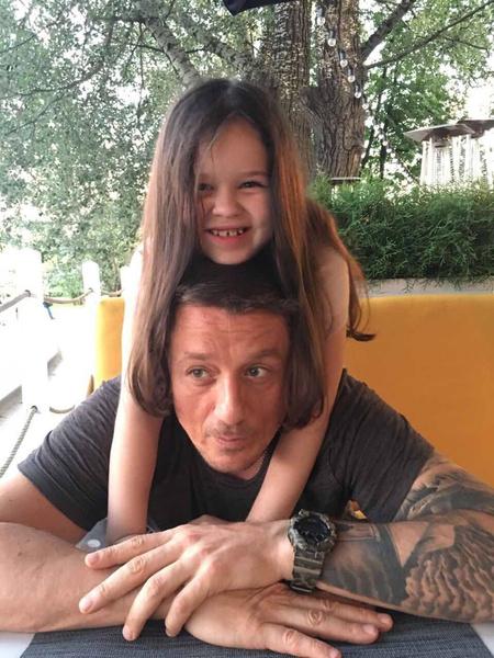 Сам Алексей ранее признавался, что чуть ли не ежедневно общается с дочерью