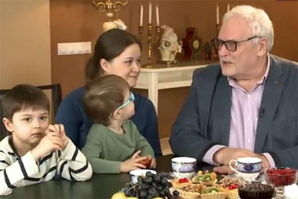Борис Невзоров, его дочь Полина и внуки Лева и Захар
