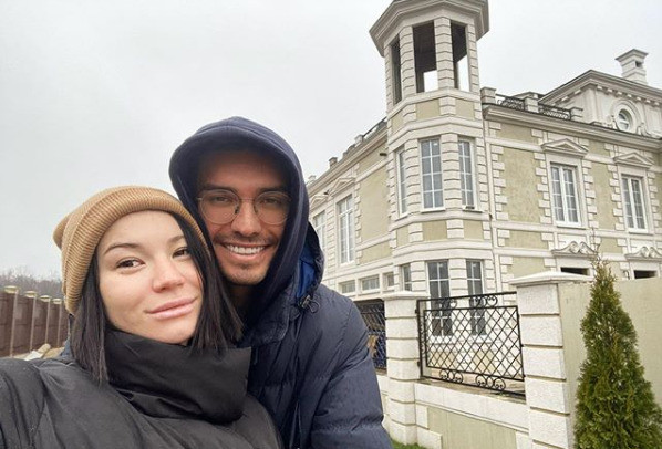 Ида с мужем Аланом Басиевым возле нового дома