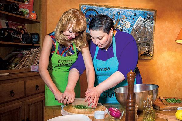 Ведущая  «Домашней  кухни» Лара  Кацова  научила нашу  читательницу  Ксению    Пустарнакову  резать лук  так, как это  делают повара в  ресторанах