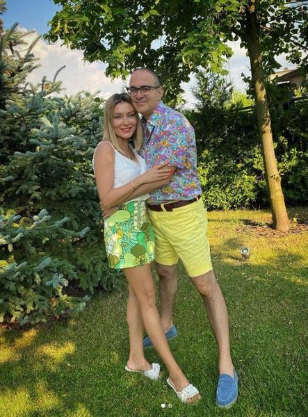 Пара состоит в браке более 20 лет.