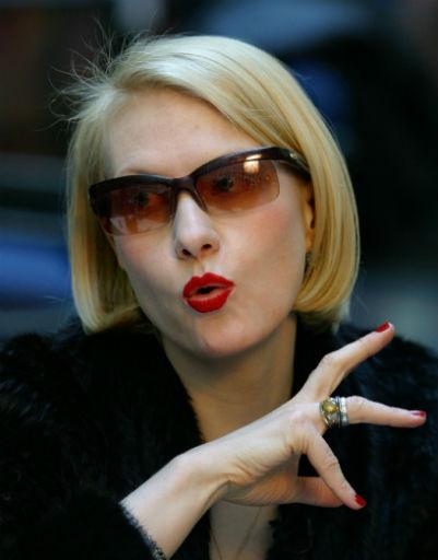 Красная помада - неотъемлемая составляющая макияжа Литвиновой, 2003 год