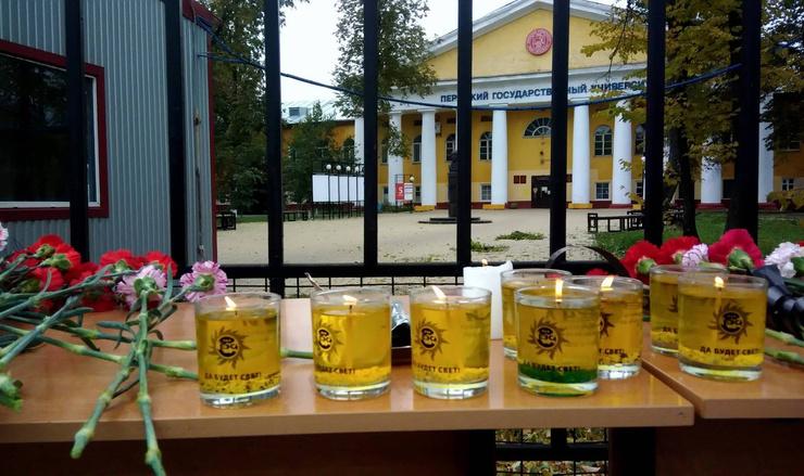 Жители Перми устроили стихийный мемориал у здания университета