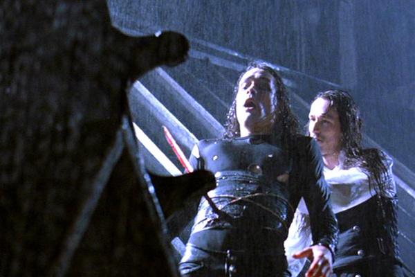 После смерти Брэндона Ли в оставшихся эпизодах снимали дублера