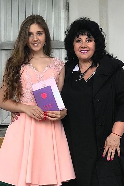 Племянница Лазарева Алина в этом году окончила 9-й класс