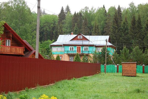 Приблизительно дом был построен в 1997 год
