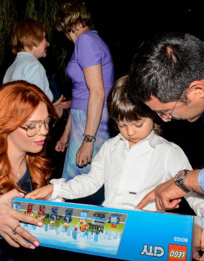 Анастасия Стоцкая и ее супруг дарят Мартину подарок