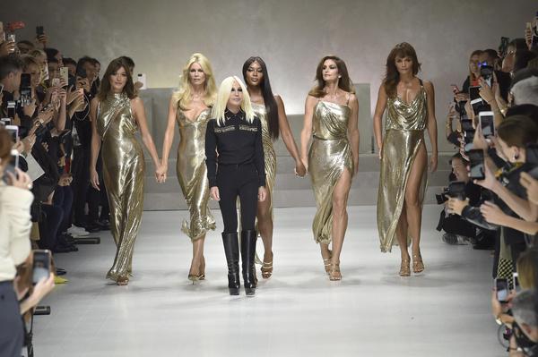 В 2018 году Наоми вместе с другими моделями 90-х вышла на подиум во время показа Versace