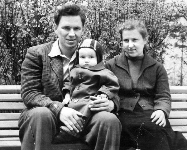 Маленький Шахрин с родителями