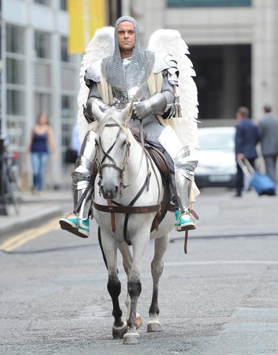 В клипе Робби появляется в доспехах, на коне и с ангельскими крыльями