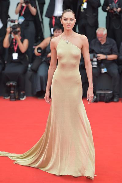 Кэндис Свейнпол выбрала платье, подчеркнувшее ее стройность