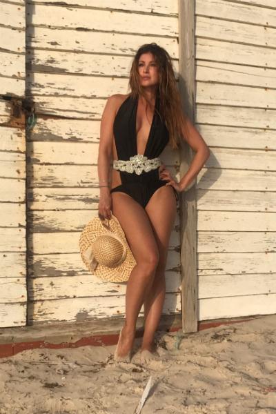 Актриса радовалась солнцу на песчаном побережье Африки