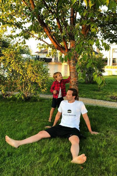 Алексей также проводит много времени с ребенком
