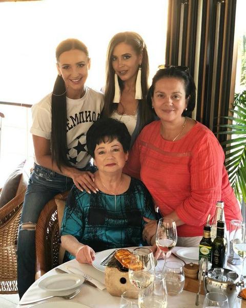 Ольга Бузова с сестрой Аней, бабушкой и мамой