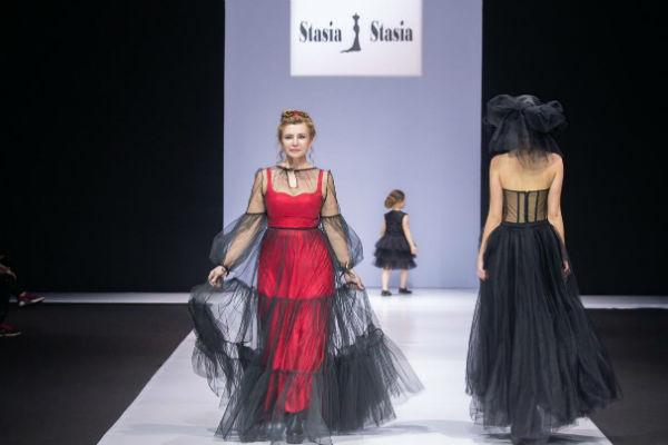 Ирина Агибалова прошлась по подиуму на показе Недели моды