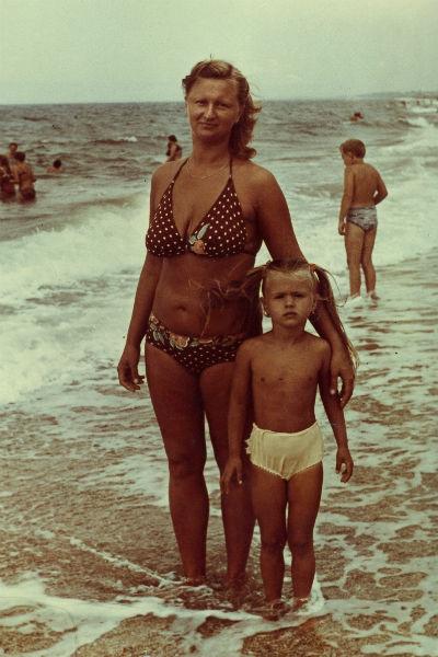 Анна с мамой Татьяной на Черном море, 1985 год