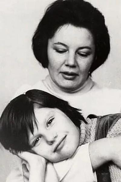 В 80-х Нина Лапшинова оставила театр, чтобы посвятить себя семье