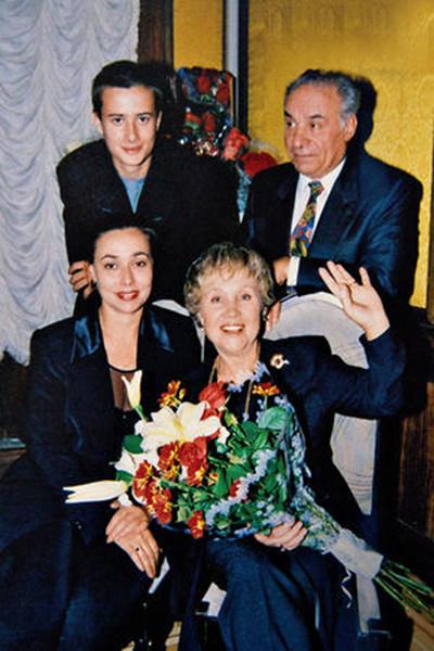 Надежда вместе с мужем Вилли, падчерицей Кариной и внуком Вилли