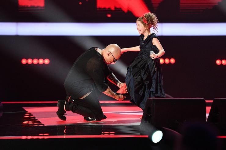Дмитрий Нагиев помог маленькой певице надеть туфельки