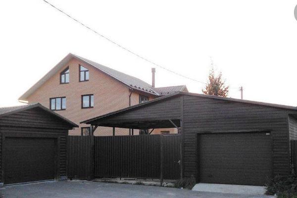 Продаваемый дом имеет три этажа и пять спален