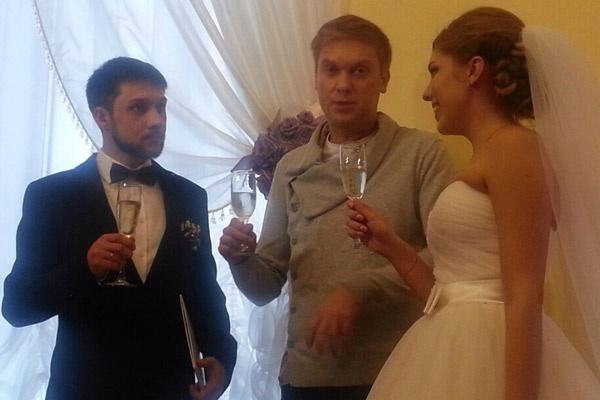 Артист пообещал следить за отношениями пары, но пошутил,что на развод точно не приедет