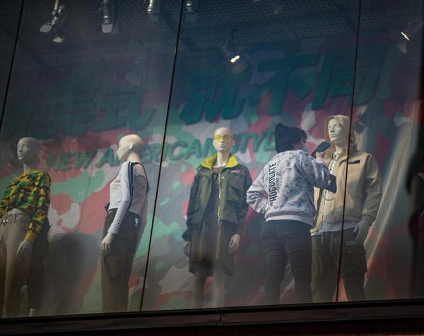 Владельцы брендов одежды начинают шить маски