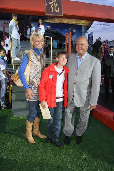 Владимир Меньшов проводит много времени с дочкой и внуками