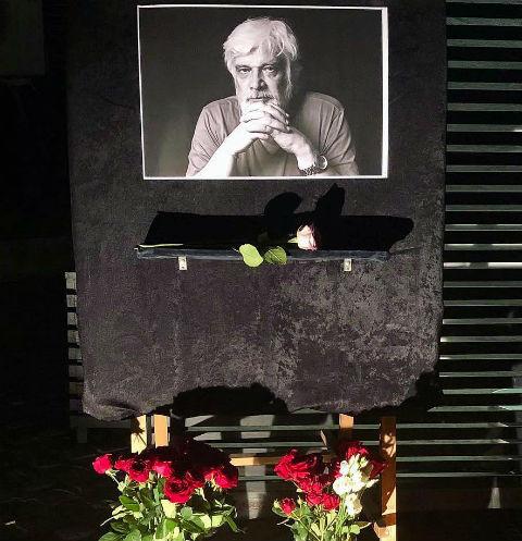 Люди несут цветы в МХТ к портрету Дмитрия Брусникина