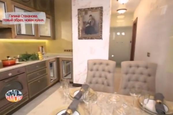 Колонну вентиляционного короба украшает портрет Галины Стахановой, созданный одним из поклонников