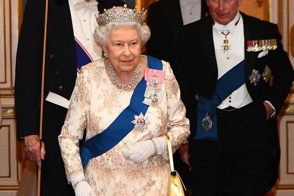Бриллиантовая корона Елизавете подходит больше, чем картонная
