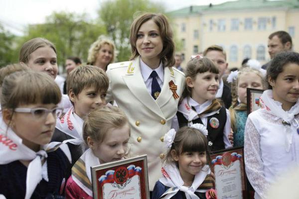 Наталья Поклонская общается с крымскими детьми